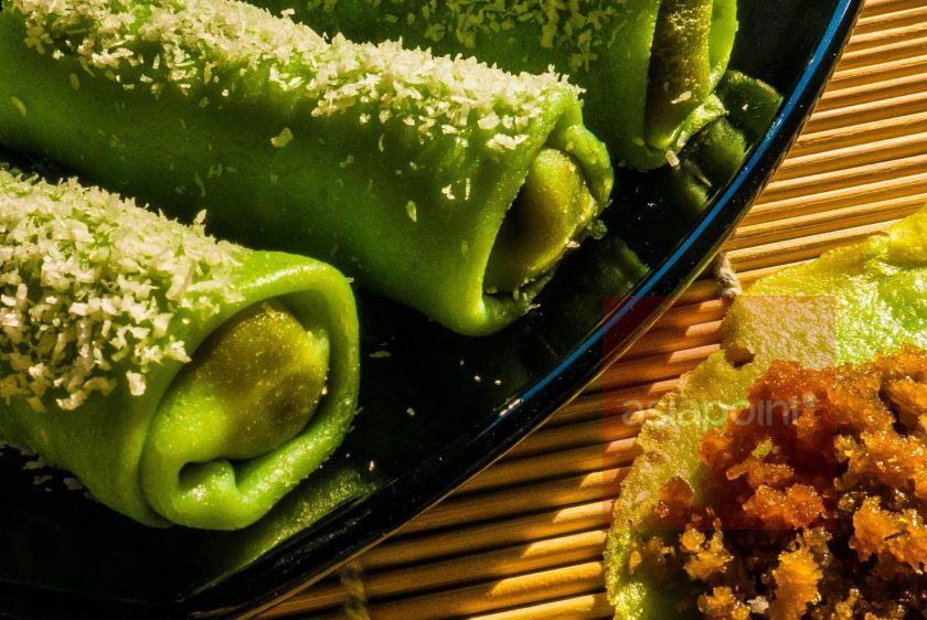 Gerollte Pfannkuchen mit Kokosfüllung (Dadar Gulung)