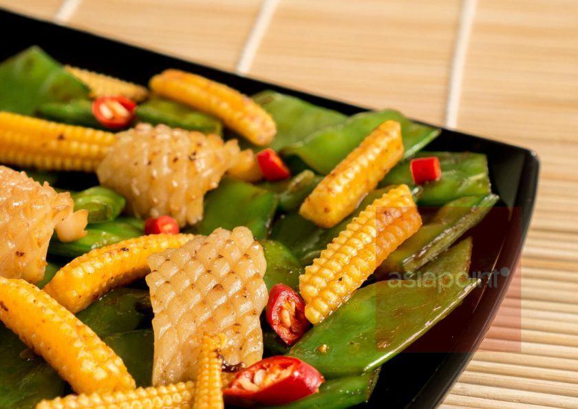 Sepia mit Zuckererbsen und Maiskölbchen